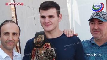 В махачкалинском аэропорту состоялась встреча чемпиона «M-1 Global» Хадиса Ибрагимова
